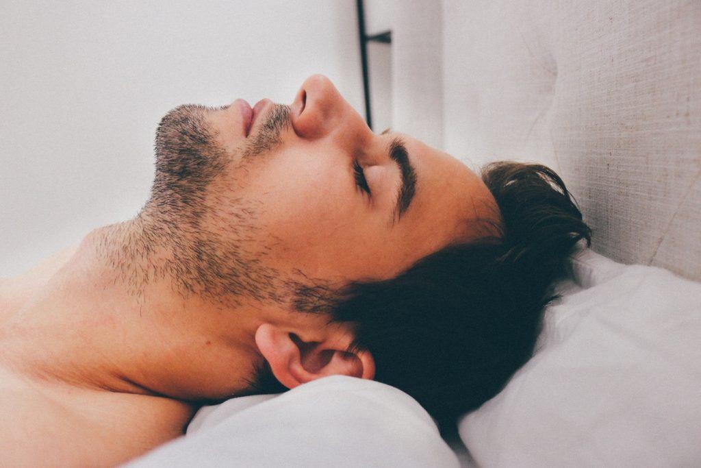 L'homme jeûne déjà 6 à 12 heures pendant son sommeil