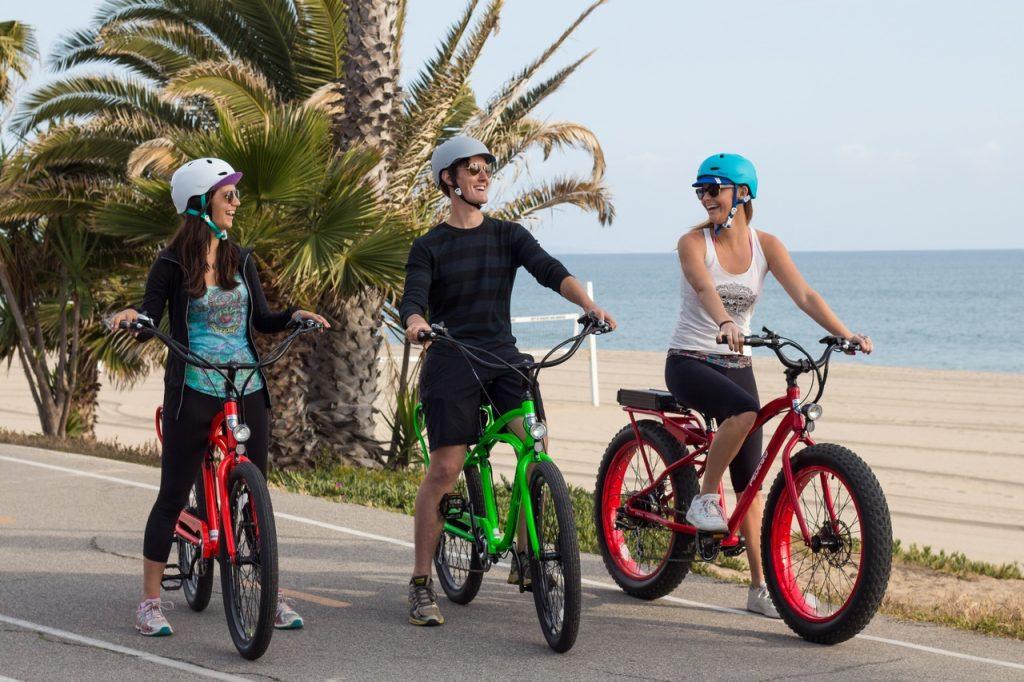 trois personnes à vélo