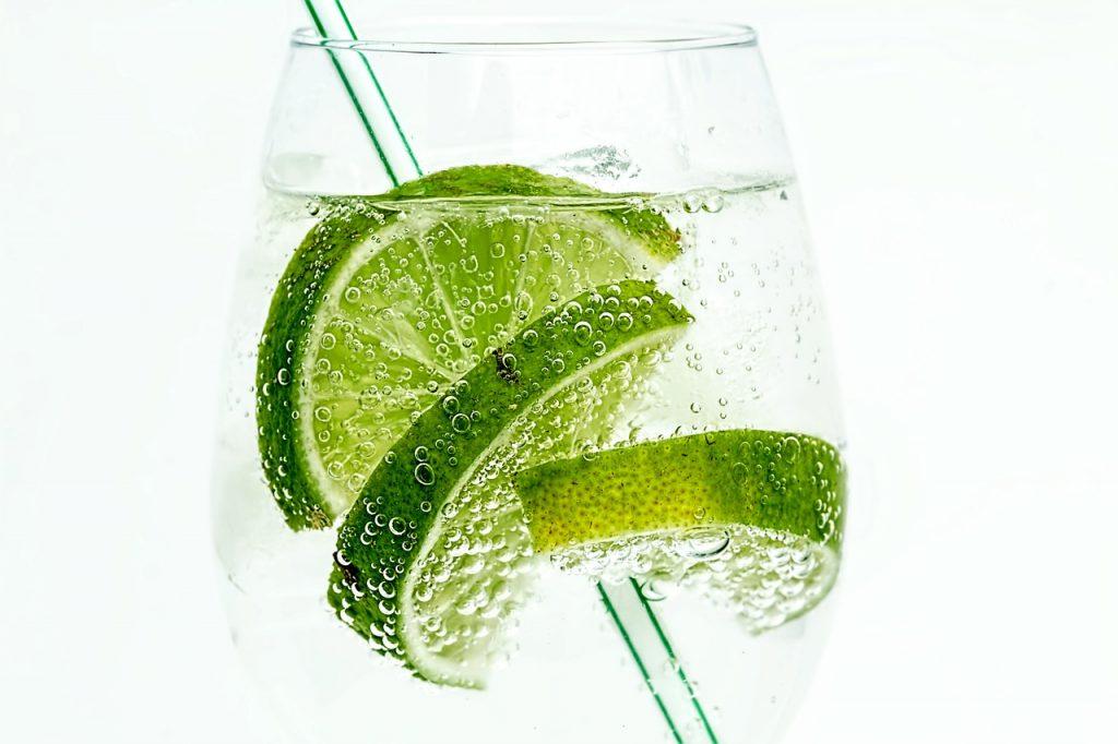 Verre d'eau citronnée