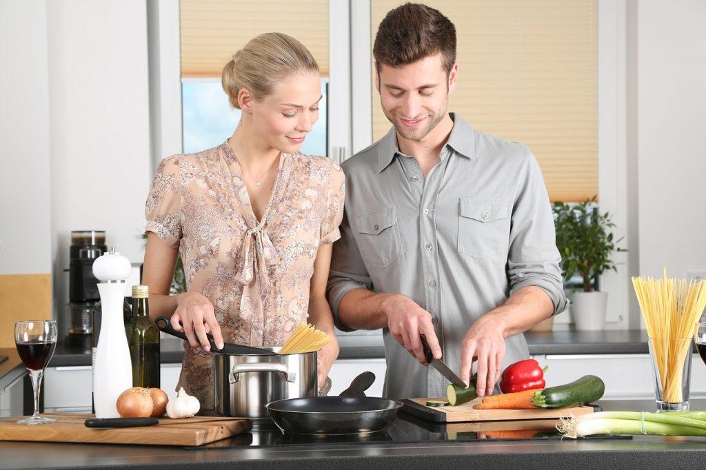 homme et femme préparent un repas