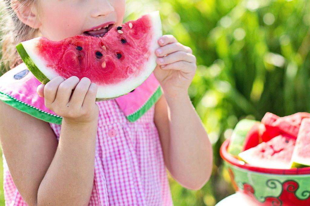 enfant qui mange une pastèque