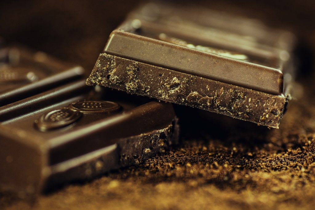 Prendre un carré de chocolat