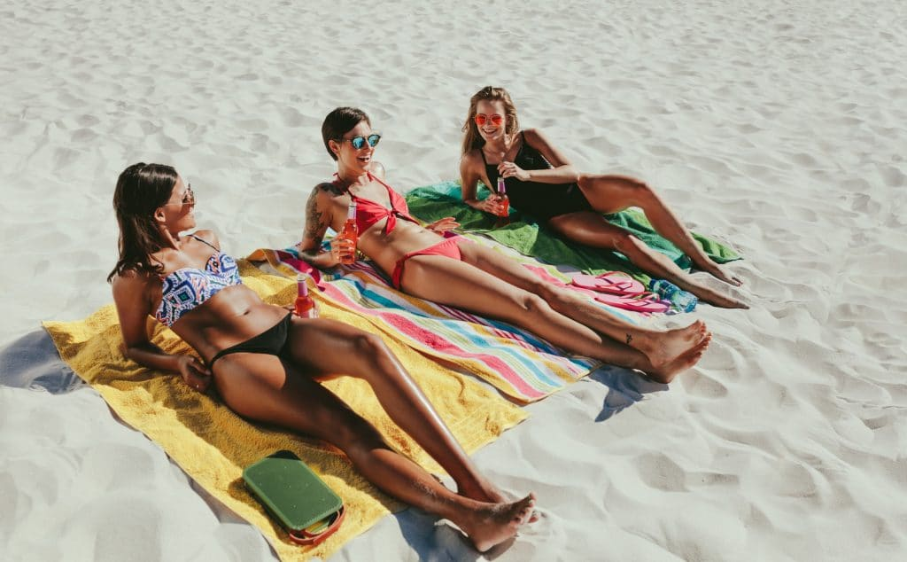 femmes se faisant bronzer